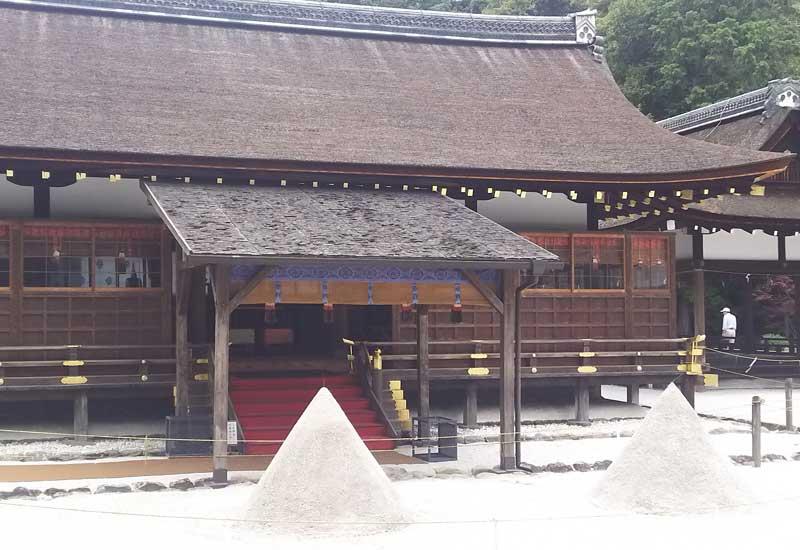 上賀茂神社 細殿(拝殿)・立砂